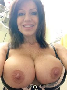 Jeune coquine aux gros seins en manque de sexe et de plans sexe